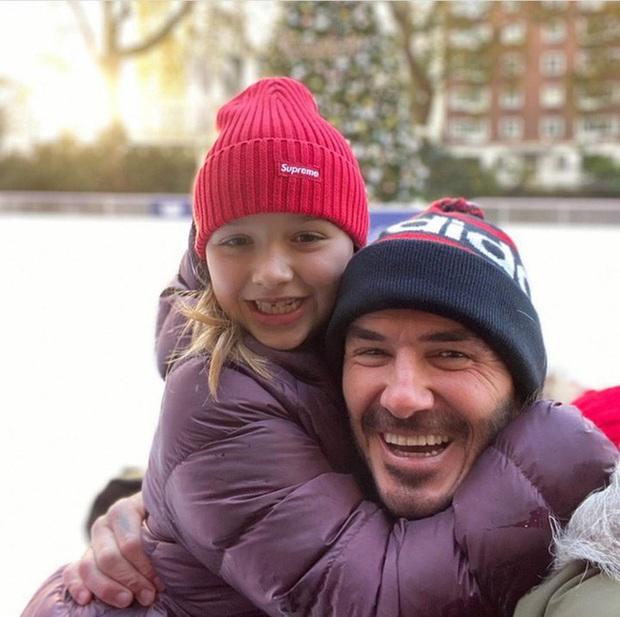 David Beckham tiếp tục công khai hôn môi con gái Harper, bất chấp việc bị chỉ trích - Ảnh 2.