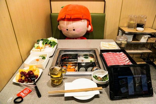 Độc đáo chuỗi nhà hàng lẩu Trung Quốc có robot phục vụ khách hàng FA, kiêm luôn làm móng miễn phí - Ảnh 14.