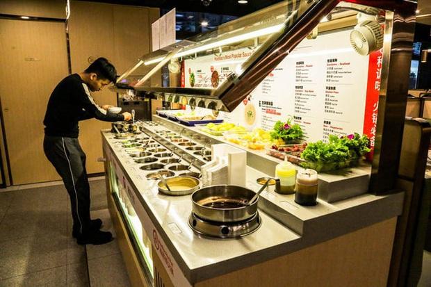Độc đáo chuỗi nhà hàng lẩu Trung Quốc có robot phục vụ khách hàng FA, kiêm luôn làm móng miễn phí - Ảnh 15.