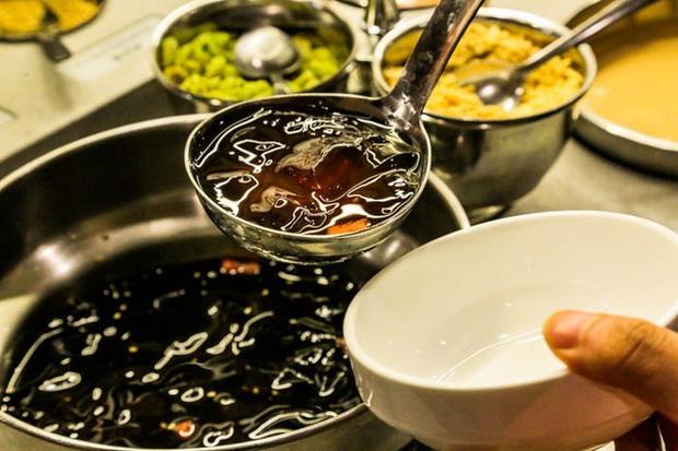 Chuỗi nhà hàng lẩu Trung Quốc tận tình phục vụ thực khách cô đơn bằng robot, làm móng miễn phí, mì nhảy và thú bông - Ảnh 19.