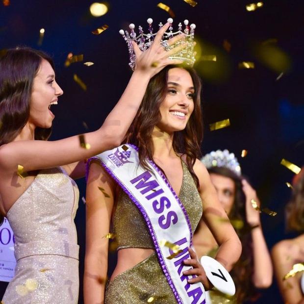 Vừa đăng quang hoa hậu thì bị tước mất vương miện do đã từng kết hôn và có con, người đẹp kiện luôn cả ban tổ chức Miss World - Ảnh 3.