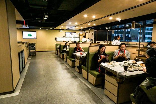 Độc đáo chuỗi nhà hàng lẩu Trung Quốc có robot phục vụ khách hàng FA, kiêm luôn làm móng miễn phí - Ảnh 25.