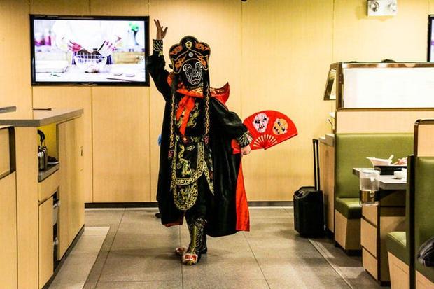 Chuỗi nhà hàng lẩu Trung Quốc tận tình phục vụ thực khách cô đơn bằng robot, làm móng miễn phí, mì nhảy và thú bông - Ảnh 26.