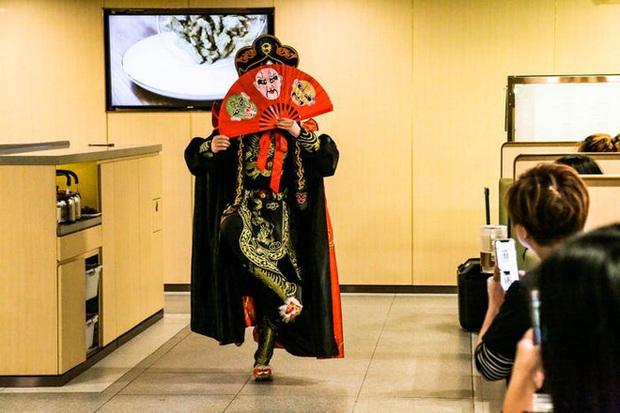Chuỗi nhà hàng lẩu Trung Quốc tận tình phục vụ thực khách cô đơn bằng robot, làm móng miễn phí, mì nhảy và thú bông - Ảnh 27.