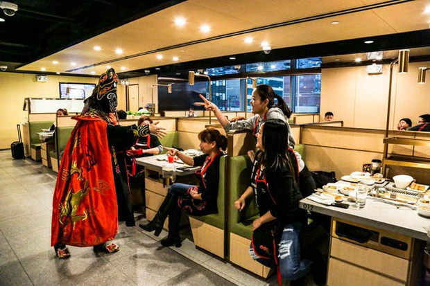 Độc đáo chuỗi nhà hàng lẩu Trung Quốc có robot phục vụ khách hàng FA, kiêm luôn làm móng miễn phí - Ảnh 26.
