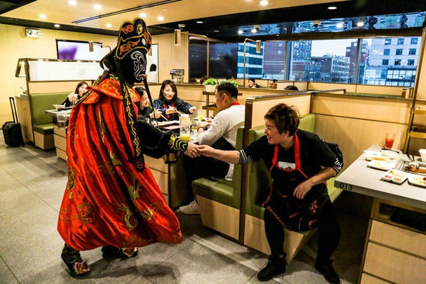 Độc đáo chuỗi nhà hàng lẩu Trung Quốc có robot phục vụ khách hàng FA, kiêm luôn làm móng miễn phí - Ảnh 27.