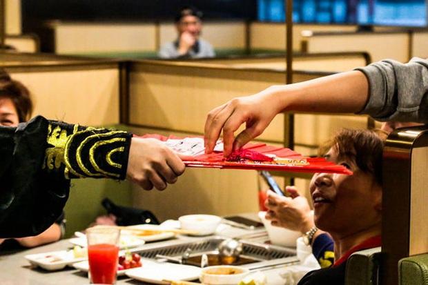 Độc đáo chuỗi nhà hàng lẩu Trung Quốc có robot phục vụ khách hàng FA, kiêm luôn làm móng miễn phí - Ảnh 28.