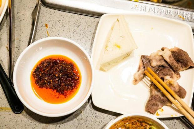 Chuỗi nhà hàng lẩu Trung Quốc tận tình phục vụ thực khách cô đơn bằng robot, làm móng miễn phí, mì nhảy và thú bông - Ảnh 44.