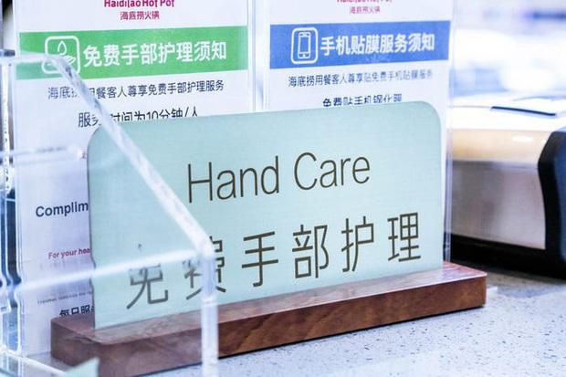 Chuỗi nhà hàng lẩu Trung Quốc tận tình phục vụ thực khách cô đơn bằng robot, làm móng miễn phí, mì nhảy và thú bông - Ảnh 48.
