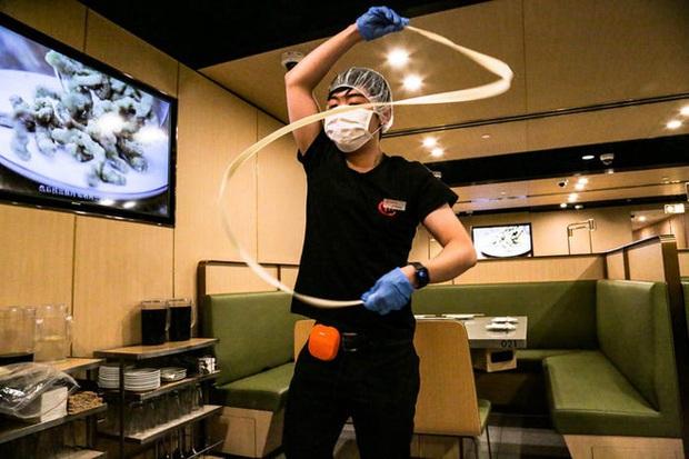 Độc đáo chuỗi nhà hàng lẩu Trung Quốc có robot phục vụ khách hàng FA, kiêm luôn làm móng miễn phí - Ảnh 42.