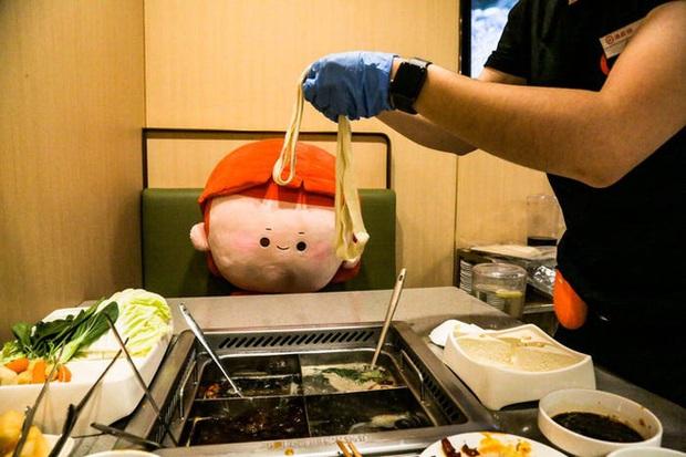 Chuỗi nhà hàng lẩu Trung Quốc tận tình phục vụ thực khách cô đơn bằng robot, làm móng miễn phí, mì nhảy và thú bông - Ảnh 63.