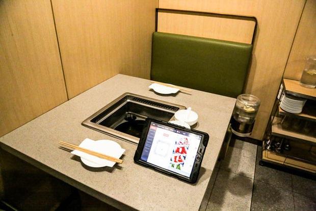 Chuỗi nhà hàng lẩu Trung Quốc tận tình phục vụ thực khách cô đơn bằng robot, làm móng miễn phí, mì nhảy và thú bông - Ảnh 8.
