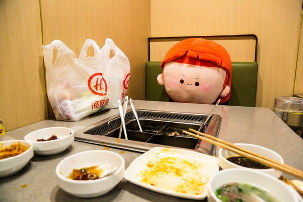 Chuỗi nhà hàng lẩu Trung Quốc tận tình phục vụ thực khách cô đơn bằng robot, làm móng miễn phí, mì nhảy và thú bông - Ảnh 79.