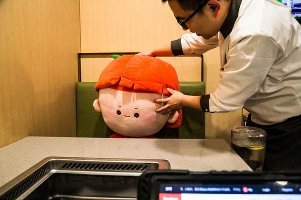 Chuỗi nhà hàng lẩu Trung Quốc tận tình phục vụ thực khách cô đơn bằng robot, làm móng miễn phí, mì nhảy và thú bông - Ảnh 10.