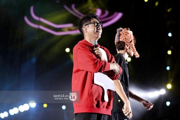 Hình ảnh ấm lòng fanmeeting Running Man tại Sài Gòn: Ji Suk Jin ôm chặt tấm hình Gary trong tiếng hò hét của fan Việt - Ảnh 2.