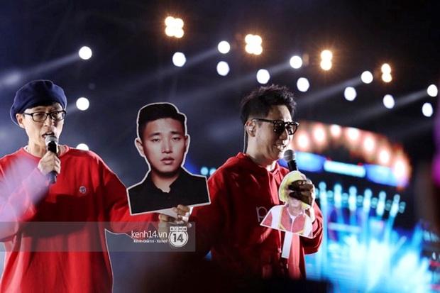 Hình ảnh ấm lòng fanmeeting Running Man tại Sài Gòn: Ji Suk Jin ôm chặt tấm hình Gary trong tiếng hò hét của fan Việt - Ảnh 3.