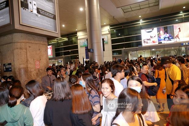 Sân bay Tân Sơn Nhất vỡ trận vì dàn Running Man: Mợ Ngố tươi tắn, Lee Kwang Soo và dàn sao kẹt cứng giữa biển fan khủng chẳng kém AAA - Ảnh 12.