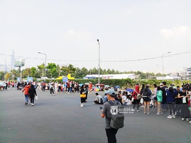 Trước fan meeting, dàn sao Running Man bị fan bắt gặp đi ăn phở, Lee Kwang Soo đánh lẻ mua bánh mì vỉa hè - Ảnh 2.