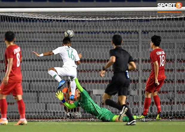 Cận cảnh tình huống Bùi Tiến Dũng mắc sai lầm, tặng free U22 Indonesia một bàn thắng ở SEA Games 30 - Ảnh 4.