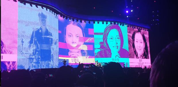 Knet tranh cãi chuyện nhóm nhạc huyền thoại U2 tưởng nhớ Sulli tại concert của mình ở Hàn Quốc, xếp nữ idol cạnh các chính trị gia, vận động viên nổi tiếng - Ảnh 3.