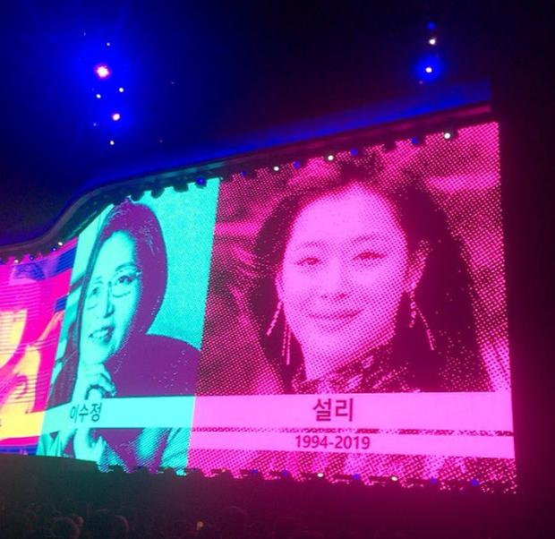 Knet tranh cãi chuyện nhóm nhạc huyền thoại U2 tưởng nhớ Sulli tại concert của mình ở Hàn Quốc, xếp nữ idol cạnh các chính trị gia, vận động viên nổi tiếng - Ảnh 4.
