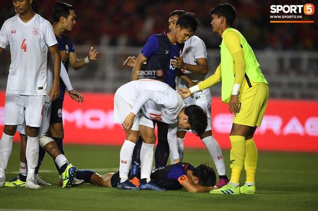 Đá hỏng luân lưu 11 mét khiến Campuchia mất HCĐ SEA Games 30, cầu thủ gốc Việt suy sụp, gục xuống sân khóc như mưa - Ảnh 3.