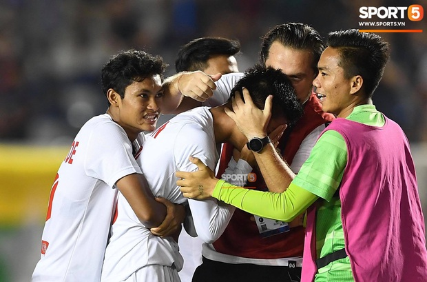 Đá hỏng luân lưu 11 mét khiến Campuchia mất HCĐ SEA Games 30, cầu thủ gốc Việt suy sụp, gục xuống sân khóc như mưa - Ảnh 8.