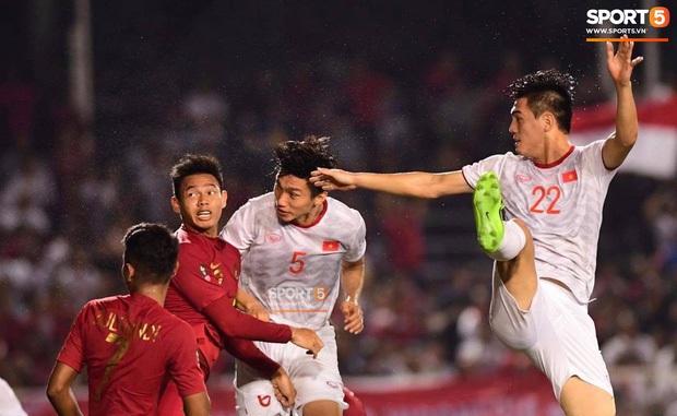 Báo Indonesia: Văn Hậu cố tình đạp vào chân khiến Evan Dimas chấn thương nặng - Ảnh 4.