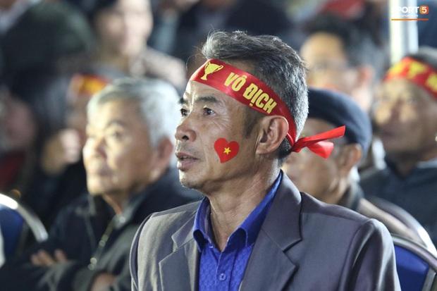 Mẹ thủ môn Văn Toản bật khóc khi nhìn con trai cùng U22 Việt Nam hát Quốc ca trong trận chung kết SEA Games 30 - Ảnh 4.
