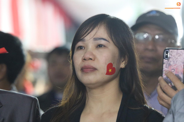 Mẹ thủ môn Văn Toản bật khóc khi nhìn con trai cùng U22 Việt Nam hát Quốc ca trong trận chung kết SEA Games 30 - Ảnh 3.