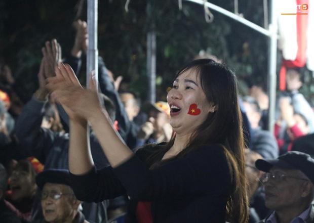 Mẹ thủ môn Văn Toản bật khóc khi nhìn con trai cùng U22 Việt Nam hát Quốc ca trong trận chung kết SEA Games 30 - Ảnh 7.