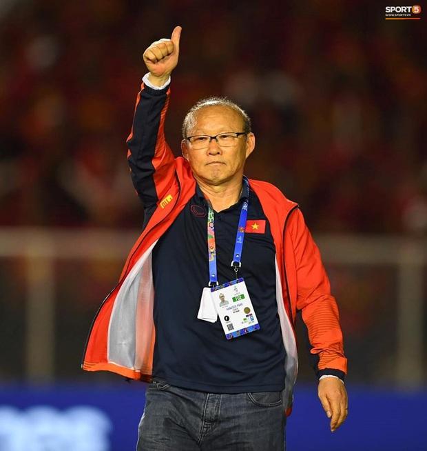 Hình ảnh xúc động nhất đêm nay: HLV Park Hang-seo đặt tay lên trái tim, giơ cờ Việt Nam ăn mừng vô địch SEA Games - Ảnh 5.