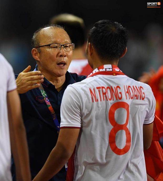 Góc chạnh lòng: Trọng Hoàng đứng một mình buồn thiu với đầu gối chảy máu khi cả đội đang ăn mừng vô địch SEA Games - Ảnh 2.