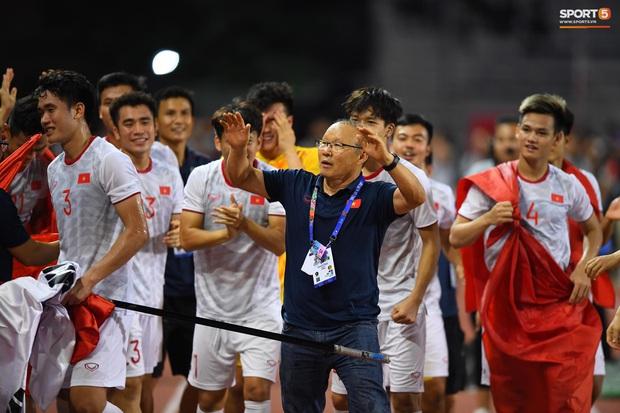 Hình ảnh xúc động nhất đêm nay: HLV Park Hang-seo đặt tay lên trái tim, giơ cờ Việt Nam ăn mừng vô địch SEA Games - Ảnh 4.