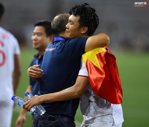 Hình ảnh xúc động nhất đêm nay: HLV Park Hang-seo đặt tay lên trái tim, giơ cờ Việt Nam ăn mừng vô địch SEA Games - Ảnh 3.
