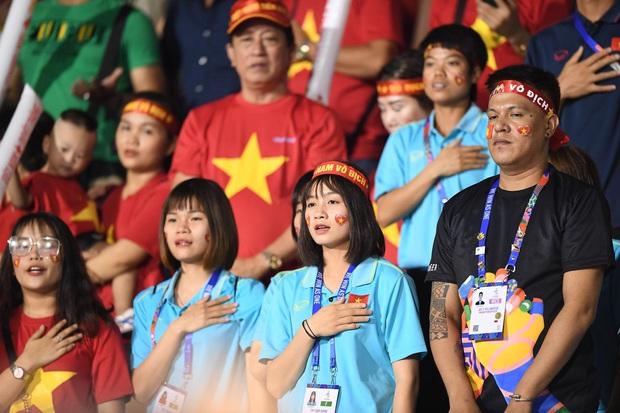 Hot girl sân cỏ Hoàng Thị Loan lại chiếm spotlight trên khán đài trận  chung kết Việt Nam đấu Indonesia - Ảnh 1.