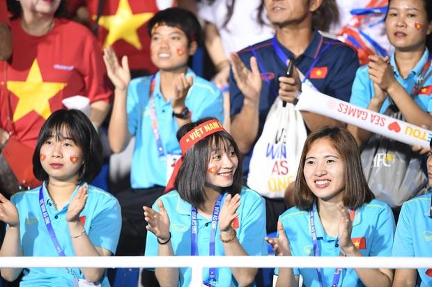Hot girl sân cỏ Hoàng Thị Loan lại chiếm spotlight trên khán đài trận  chung kết Việt Nam đấu Indonesia - Ảnh 4.