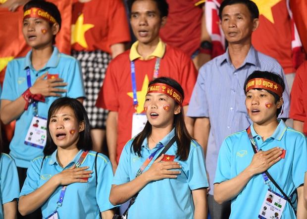 Hot girl sân cỏ Hoàng Thị Loan lại chiếm spotlight trên khán đài trận  chung kết Việt Nam đấu Indonesia - Ảnh 2.