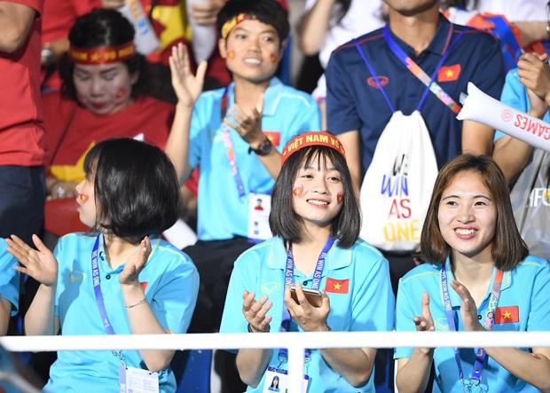 Hot girl sân cỏ Hoàng Thị Loan lại chiếm spotlight trên khán đài trận  chung kết Việt Nam đấu Indonesia - Ảnh 3.