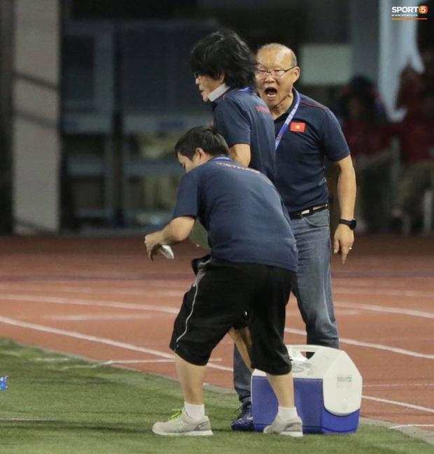 Cầu thủ U22 Việt Nam bật khóc, ôm chặt để tri ân những người thầm lặng, chẳng ai để ý tới - Ảnh 5.
