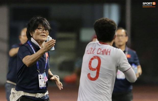 HLV Park Hang-seo quát thẳng mặt bác sĩ U22 Việt Nam vì chưa kịp sơ cứu cho Văn Hậu - Ảnh 3.