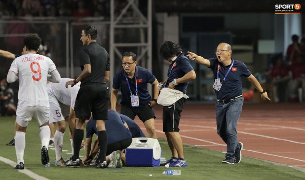 Cầu thủ U22 Việt Nam bật khóc, ôm chặt để tri ân những người thầm lặng, chẳng ai để ý tới - Ảnh 4.