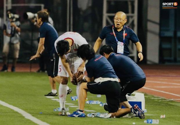 HLV Park Hang-seo quát thẳng mặt bác sĩ U22 Việt Nam vì chưa kịp sơ cứu cho Văn Hậu - Ảnh 5.