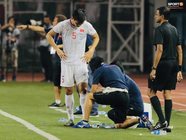 HLV Park Hang-seo quát thẳng mặt bác sĩ U22 Việt Nam vì chưa kịp sơ cứu cho Văn Hậu - Ảnh 7.