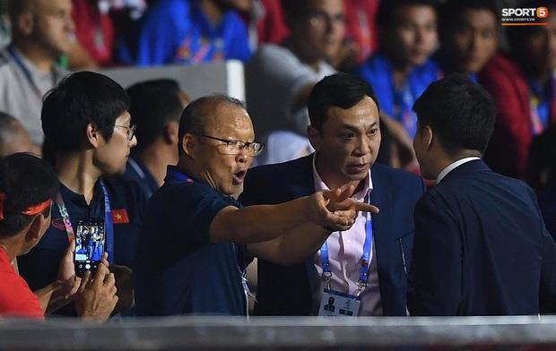 HLV Park Hang-seo giận tím người, nhận thẻ đỏ trong trận chung kết SEA Games 30 sau màn cãi tay đôi cực gắt với trọng tài - Ảnh 17.
