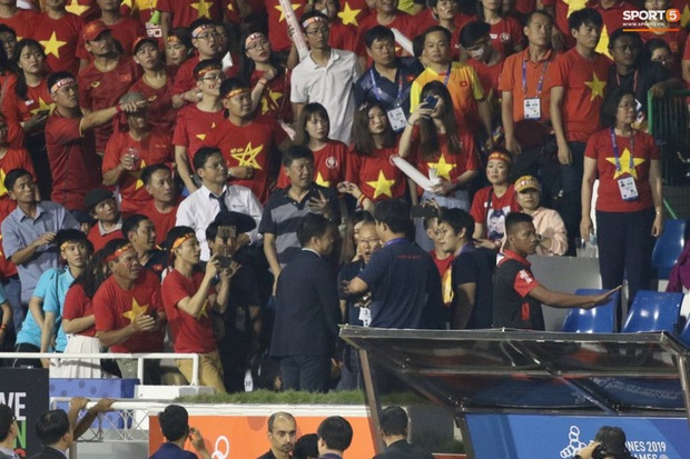 HLV Park Hang-seo giận tím người, nhận thẻ đỏ trong trận chung kết SEA Games 30 sau màn cãi tay đôi cực gắt với trọng tài - Ảnh 18.