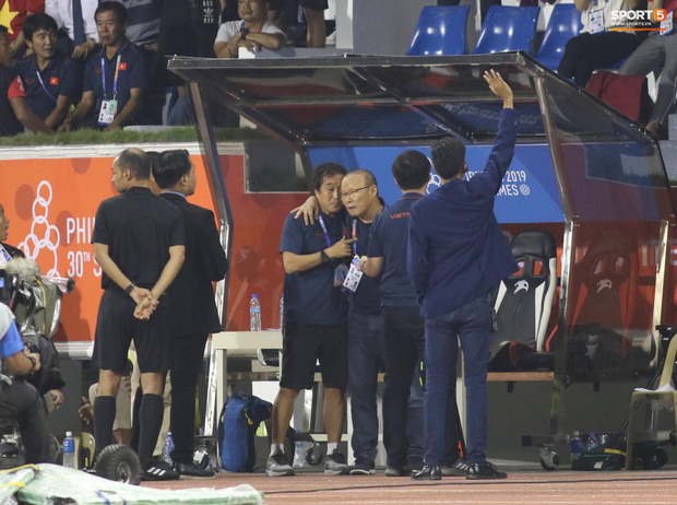 HLV Park Hang-seo giận tím người, nhận thẻ đỏ trong trận chung kết SEA Games 30 sau màn cãi tay đôi cực gắt với trọng tài - Ảnh 14.