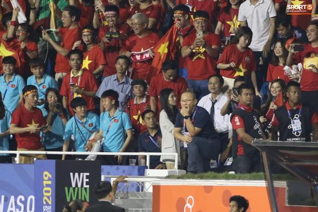 HLV Park Hang-seo giận tím người, nhận thẻ đỏ trong trận chung kết SEA Games 30 sau màn cãi tay đôi cực gắt với trọng tài - Ảnh 16.