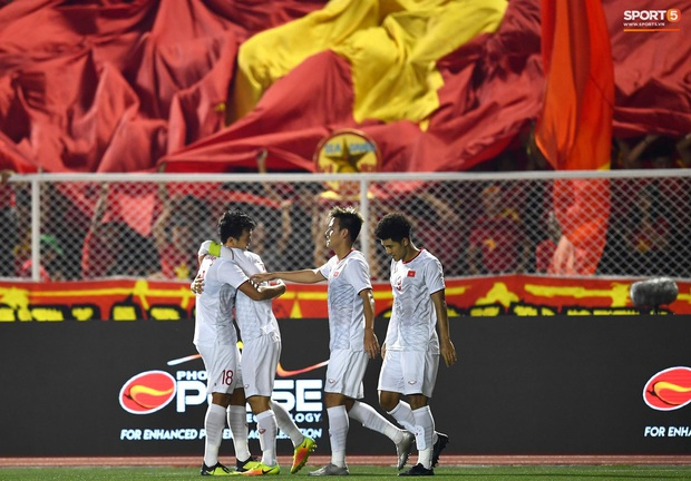 Đội trưởng Đỗ Hùng Dũng ăn mừng ấn tượng khi ghi bàn vào lưới Indonesia - Ảnh 7.
