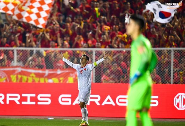 Đội trưởng Đỗ Hùng Dũng ăn mừng ấn tượng khi ghi bàn vào lưới Indonesia - Ảnh 3.